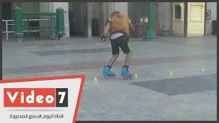 شباب يستعرضون مهاراتهم فى ركوب الدراجات والتزلج بالتحرير
