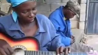 Chơi Guitar độc đáo kiểu Châu Phi