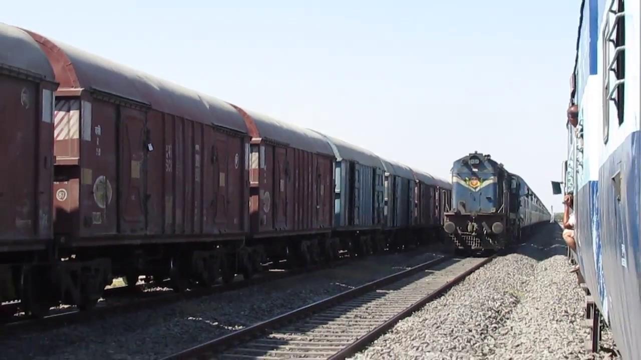 18402 OKHA-PURI DWARKA Express crossing SAURASHTRA MAIL!