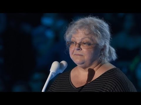 Heather Heyer's Mom Gives Powerful Speech at 2017 MTV VMAs & Honors Her Daughter