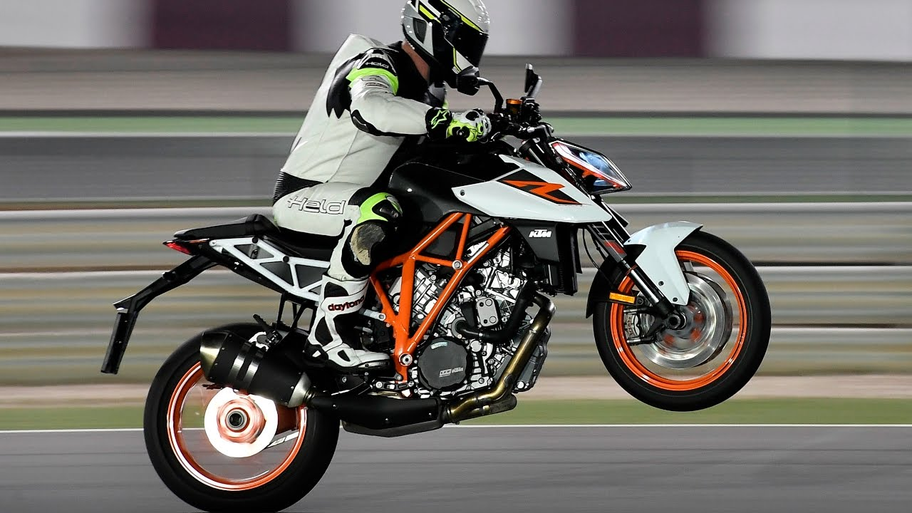 ktm 1290 super duke r 2017 test in qatar youtube. Black Bedroom Furniture Sets. Home Design Ideas