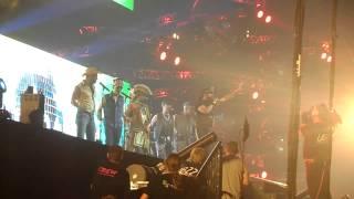 """De Village People zingen """"Macho Man"""" tijdens de Foute Party van Q M..."""
