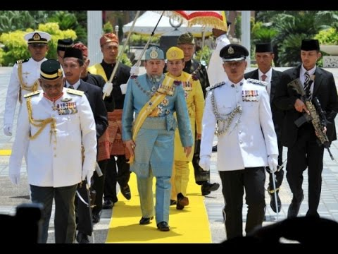 Yang di-Pertuan Agong of Malaysia (Sultan Muhammad V) showing his talent to control firearms