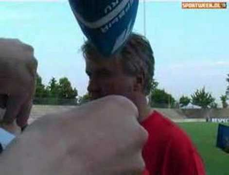 Op bezoek bij een chaotische 'persconferentie' van Hiddink