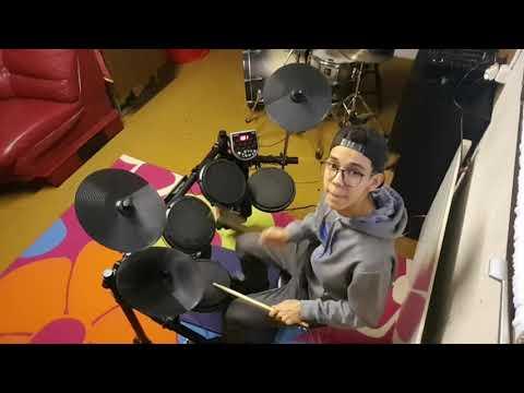 DJ Dave spielt