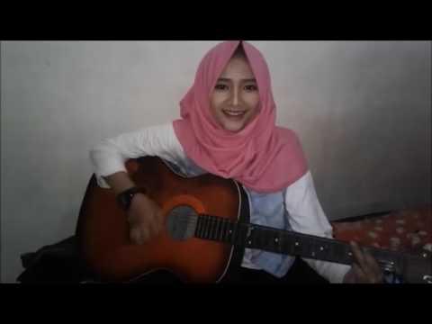 Perempuan cantik nyanyikan lagu