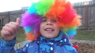 Андрей играет в службу доставки игрушек для детей и катается на грузовике с прицепом