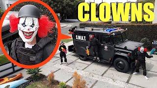 evinizde bir SWAT kamyonu ile palyaço polisi gördüğünüzde RUN! (Bizi Palyaço Hapishanesine götürdüler)