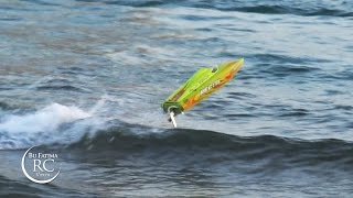Wave Jumping with ProBoat Recoil 26 Self-Righting Boat تقفيز طراد لاسلكي