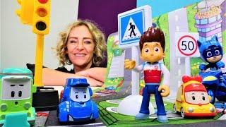 Nicoles Spielzeug Kindergarten. Catboy und die Robocars lernen die Verkehrsregeln