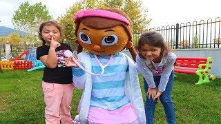 Öykü ve Masal Doc McStuffins'a Şaka Yaptı! Funny Kids Video