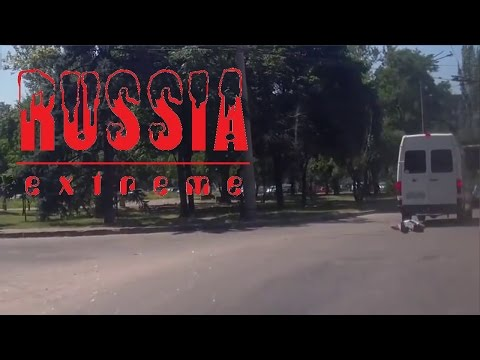 Unglaublich! Russe wird von Transporter überfahren und steht wieder auf!