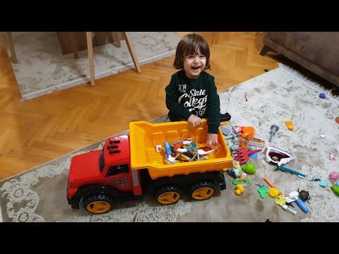 Fatih Selim oyuncak dolabındaki en büyük  kamyonu istedi kasasını oyuncaklarla doldurduk