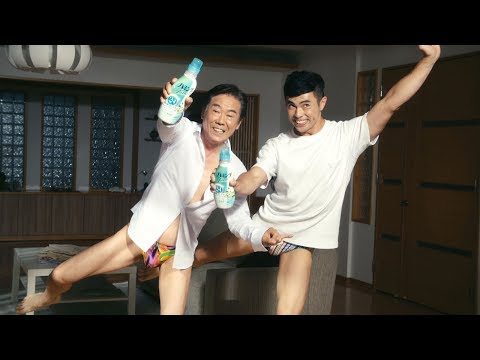 西岡徳馬、ブーメランパンツ姿で小島よしおと「そんなの関係ねぇ!」全力披露 『新 ハミングFine』WEBムービー「汗かいても関係ねぇ」