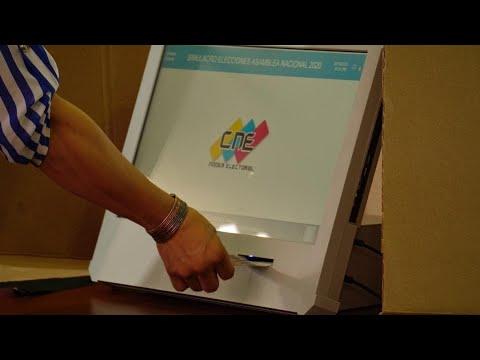 CNE presenta nuevas máquinas para las elecciones legislativas del 6 de diciembre