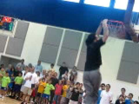Jordan Farmar dunks at agbu