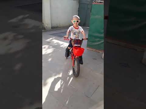 Agamirin esger ayaqqabisi ile velosipet surmeyi.Maraqli ve gulmeli usaq videolari.3 yas.Ela videolar