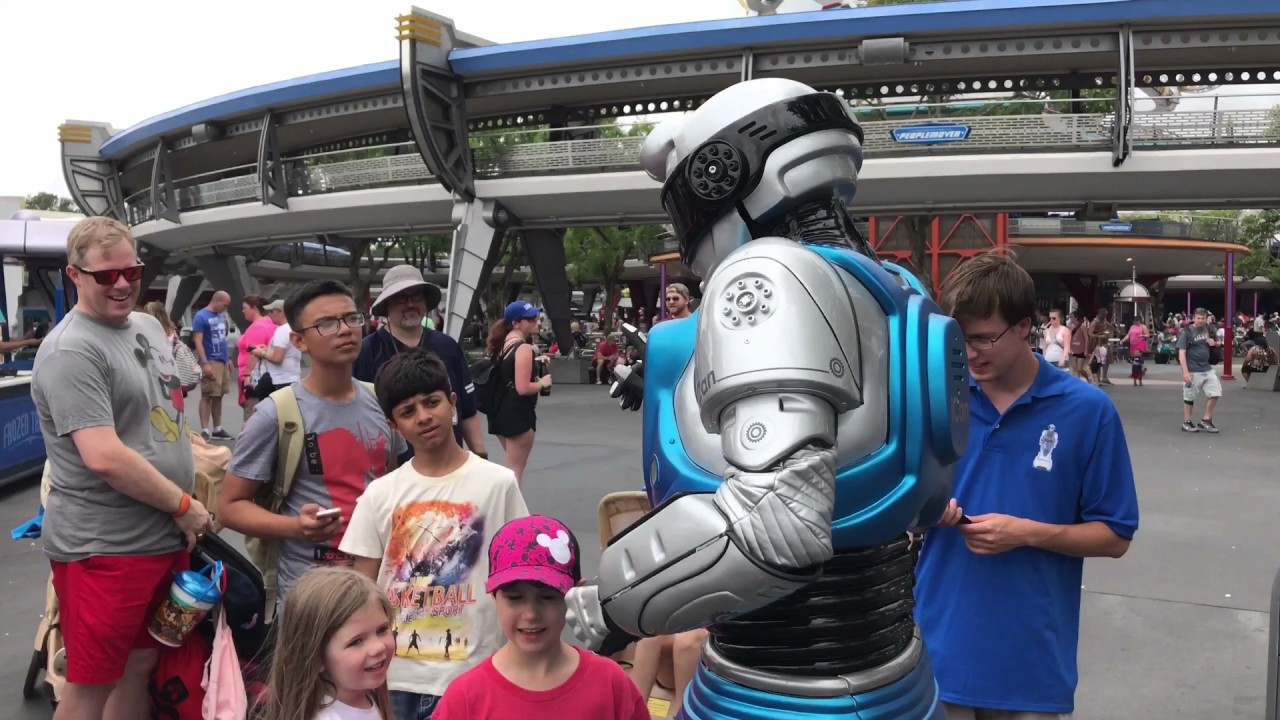 ican-interactive-streetmosphere-robot-tomorrowland-at-the-magic-kingdom