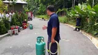 ฮามาก เดี่ยว ไร้ไมค์ โตโน่ สอนใช้ถังแก๊สพร้อมการระงับเพลิงเบื้องต้น ก่อนจะให้ทดลองดับเพลิงด้วยตัวเอง