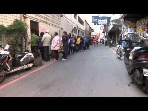 台銀春節換新鈔排隊人潮 People wait in line to exhange New Taiwan Dollar notes for Lunar Chinese New Year.