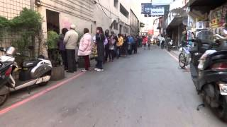 台銀春節換新鈔排隊人潮 People wait in line to exhange New Taiwan Dollar notes for Lunar Chinese New Year.