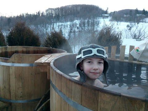 Зимнее купание детей в горячей бочке / Горячая Баня Бочка зимой в Монастик Карпаты