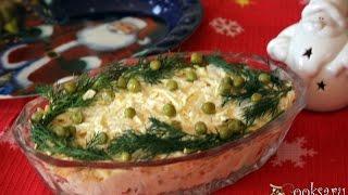 Новогодний салат с консервированными кальмарами и колбасным сыром