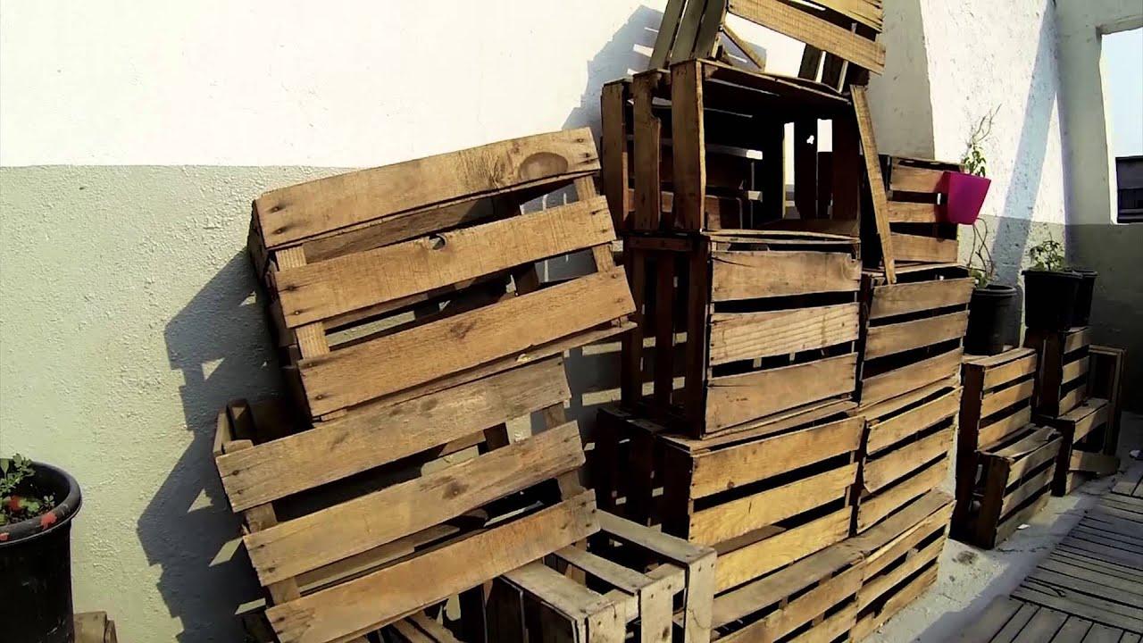 2635 cajas de maderas apiladas contra una pared efecto for Fotos de zapateras de madera