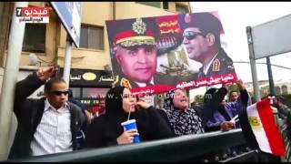 مواطنون يحتفلون بذكرى ثورة يناير فى ميدان التحرير