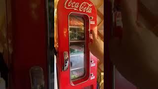방 안에 자판기 냉장고