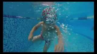 Очередное видео с бассейна(Наша малышка плавает всё лучше и лучше, теперь она совершенно свободно держится не только под водой, но..., 2014-07-30T14:24:40.000Z)