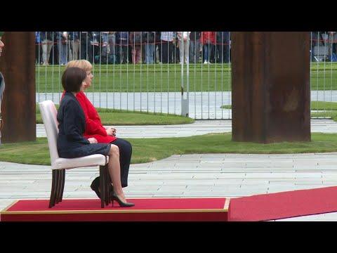 afpde: Merkel sitzt erneut bei offiziellem Termin | AFP