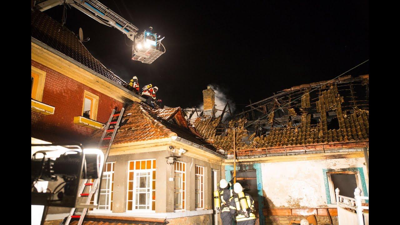 Wohnhausbrand greift auf Lauben und weiteres Haus über