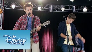 "Los chicos de Boys Band ensayando ""Mil vidas atrás"" | Momento Musical | Violetta"