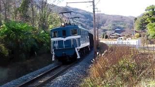 ホッパ貨物列車を牽き快走する秩鉄のデキ100形
