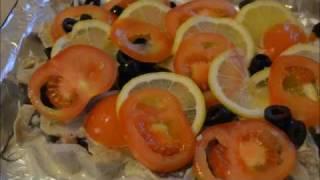 Как вкусно запечь пикшу с помидором, лимоном и маслинами под сырной корочкой