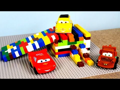 McQueen araba Lego'dan kaydırak yapıyor. Araba oyunları.
