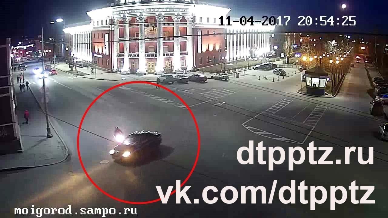 На проспекте Ленина столкнулись легковой автомобиль и мотоциклист