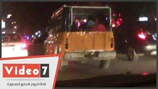 بالفيديو.. سيارة ربع نقل مكشوفة بدون لوحات تنقل المواطنين فى المهندسين