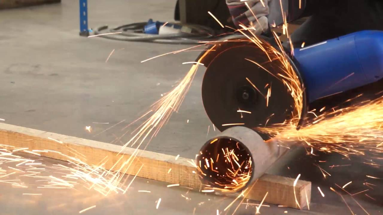 Hyundai 9 Inch Electric 230V Angle Grinder HY2157 In Use
