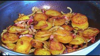 Knusprige Bratkartoffeln aus gekochten Kartoffeln mit Speck und Zwiebeln
