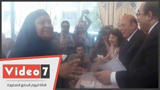 بالفيديو..سيدة من ساكنى خيم الإيواء لمستشار الرئيس:
