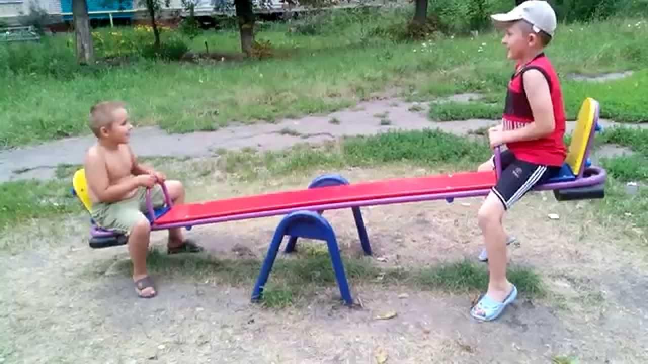 дети на качелях картинки