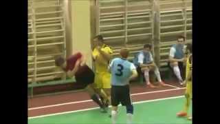 بالفيديو.. لكمة قوية من لاعب روسى فى وجه حكم أشهر له البطاقة الحمراء