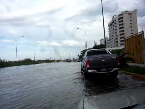Inundación en Av  de Caribe Post Mar de Fondo   Domingo 14 11 2010