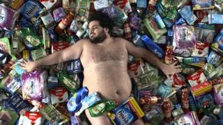 Spot Carrefour 2015 testimonial sovrappeso nudo tra i prodotti come American Beauty