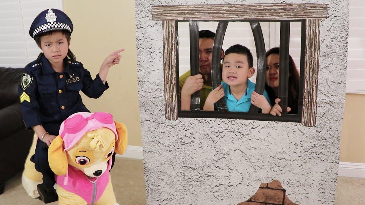 Jannie juega a la policía con la cárcel de juguete mas  juguetes de Paw Patrol | Reglas Simple Niños