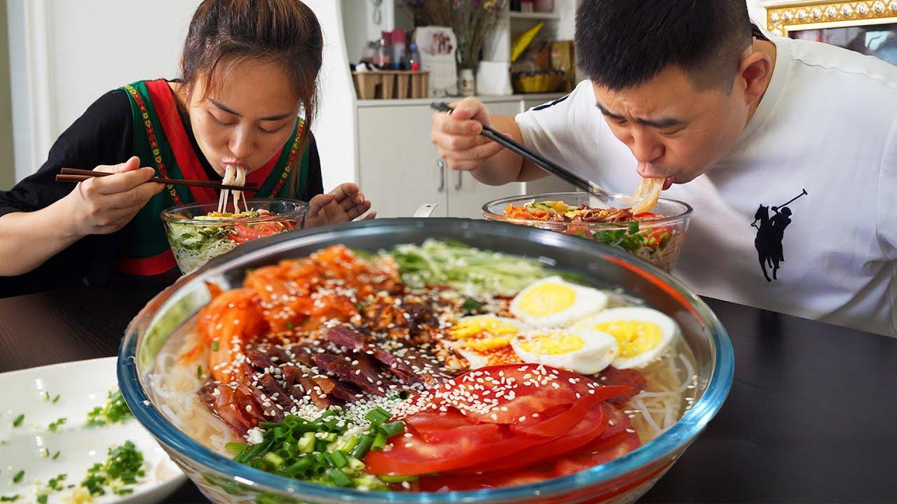"""【超小厨】网购5包冷面,小杨做""""韩国冷面"""",辣白菜牛肉+鸡蛋,大胃王小厨变倒胃口!"""