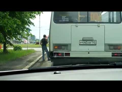 В Кемерово водитель маршрутки курит за пределами автобуса!