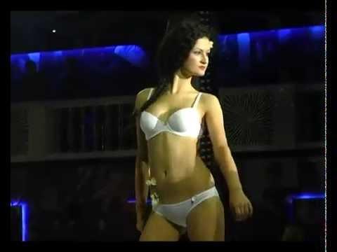 модели демонстрируют белье женское